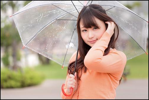 梅雨で傘をさす女性の画像