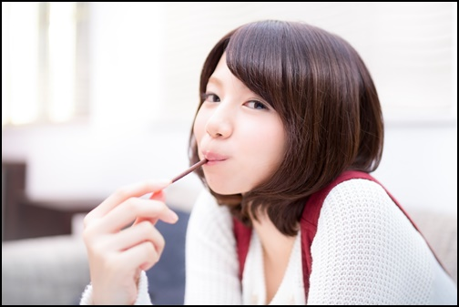 フリー ポッキーを食べる女性の画像