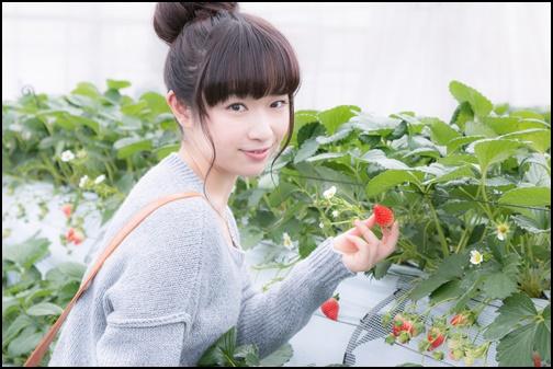 イチゴを持つ女性の画像