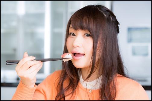 お寿司を食べる女性の画像