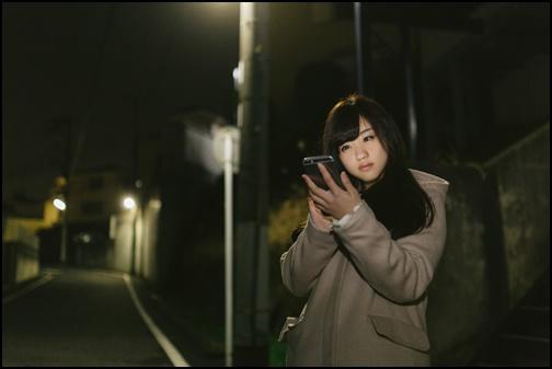 スマホを見る女性の画像