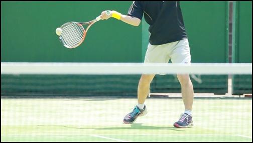 テニスのフォアハンドの振り方画像