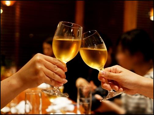 レストランで乾杯するデート画像