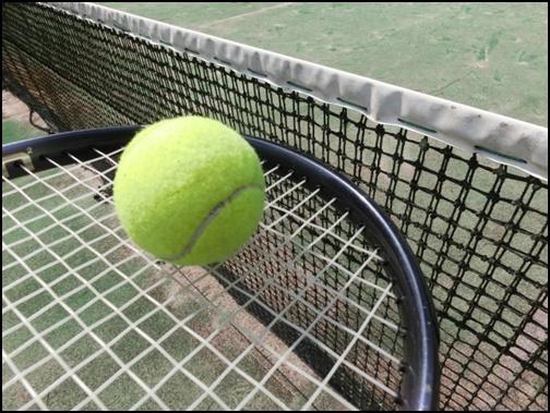 テニスのラケットとテニスボールの画像