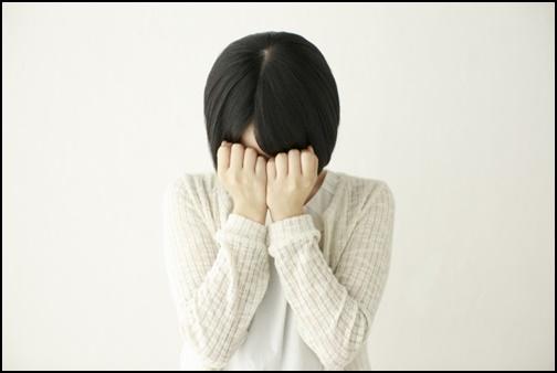 泣く女性の画像