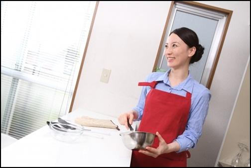 料理上手の女性の画像