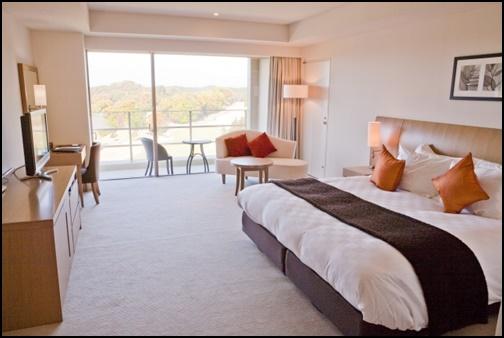 ホテルの部屋とベットの画像