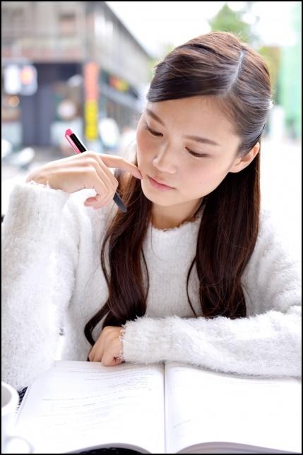 勉強する女子大学生の画像