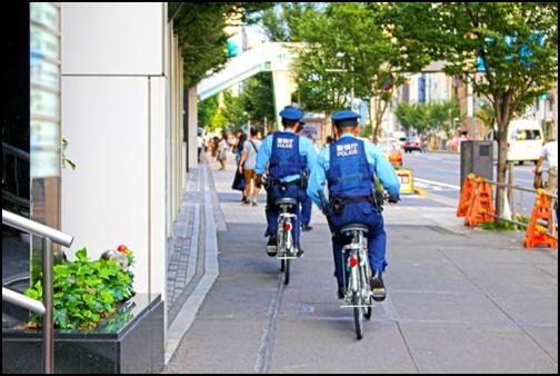 自転車で見回りをする警察官二人の画像