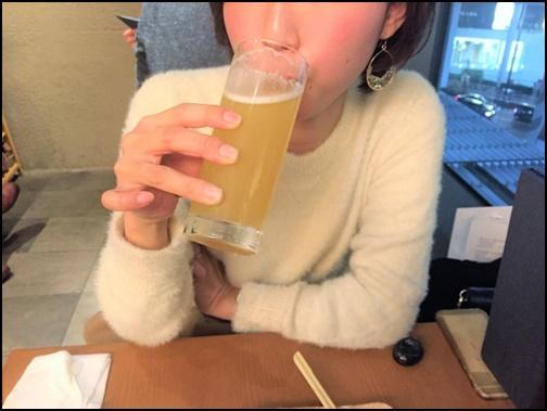 お酒を飲んでいる女性の画像