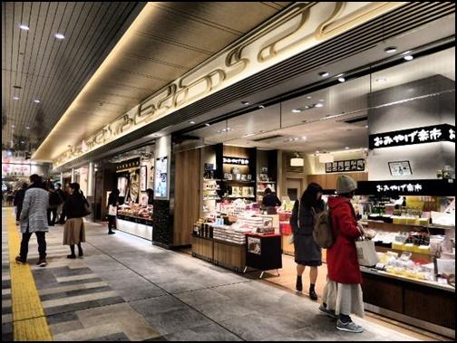 駅中のカフェの画像