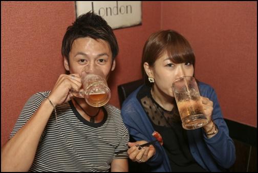 男性と飲み会をする女性の画像