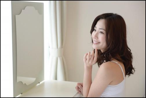 笑顔の練習をする女性の画像