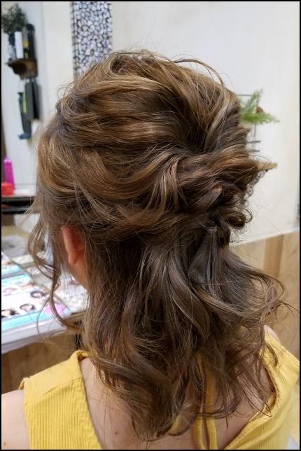 ハーフアップの女性の髪型画像