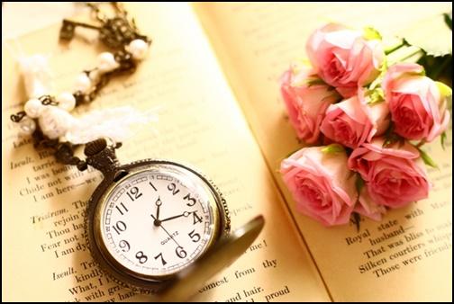 時計とバラの画像