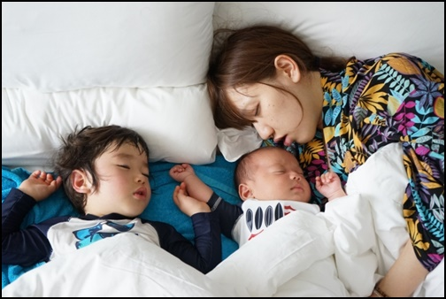 子供と嫁が寝ている画像