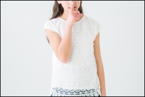 シーのポーズをする女性の画像