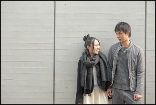 高身長彼氏と一緒で嬉しそうな女性の笑顔の画像