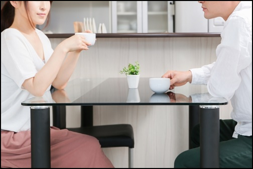 会話するカップル画像