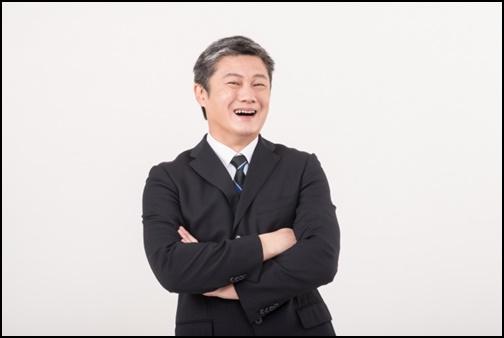 笑うサラリーマン男性の画像