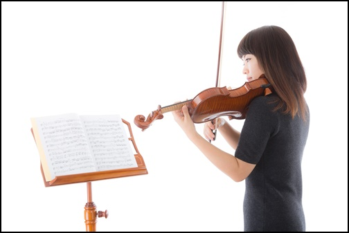 バイオリンを演奏する女性の画像