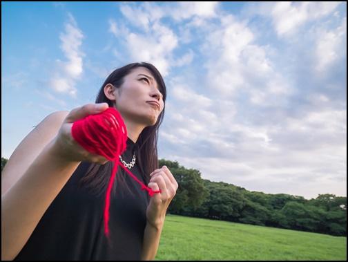 運命の赤い糸を持つ女性の画像