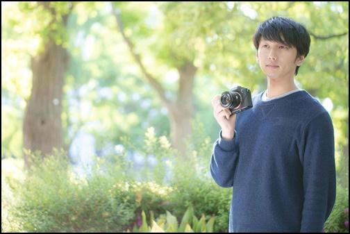 一眼レフカメラを持つ男性の画像