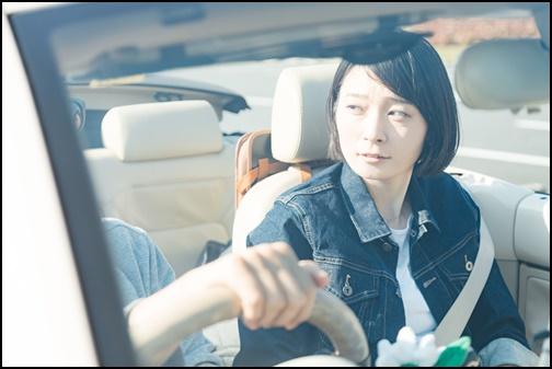 ドライブデートする女性の画像