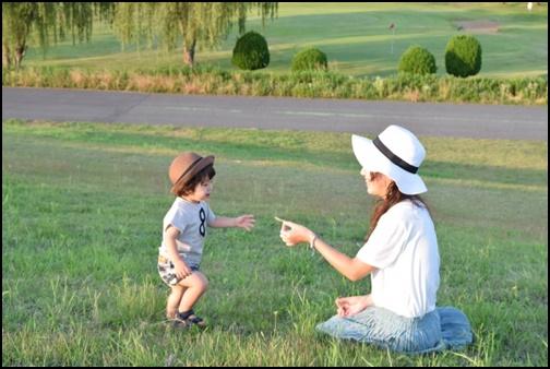 子供とピクニックする母親の画像