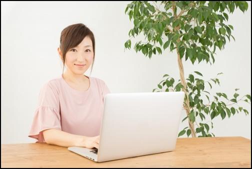 ノートパソコンを打つ女性の画像