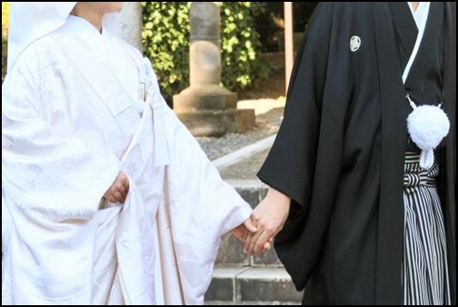 和服姿の男女の結婚式の画像