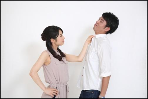彼氏が浮気をして彼氏の胸倉をつかむ彼女の画像