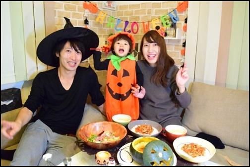 家族でハロウィンパーティーしている画像