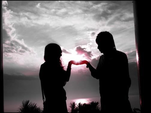 夫婦が手を合わせる画像