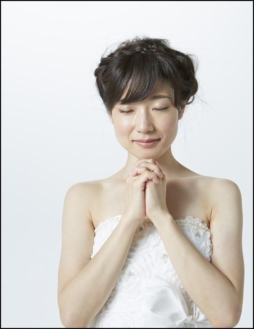 結婚を祈るウエディング姿の女性画像