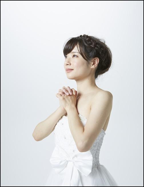 結婚を祈るウエディングドレス姿の女性の画像