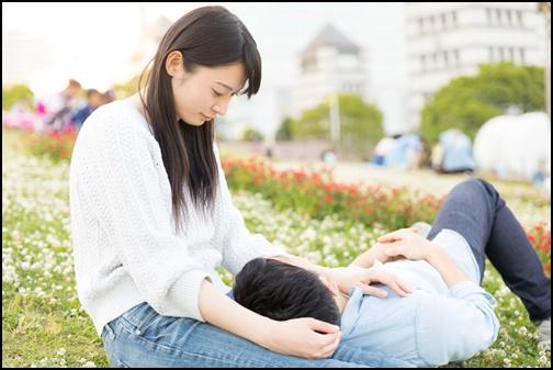 膝枕をする女性と男性の画像