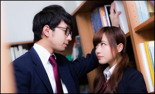 図書室で男子学生と女子高生が見つめ合う画像
