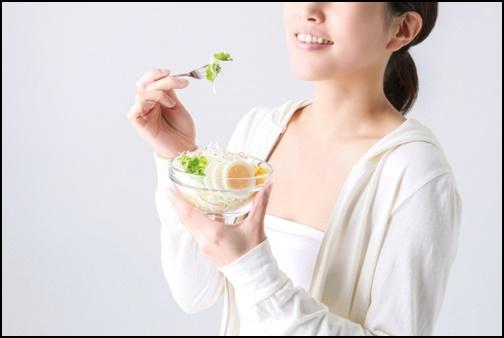 サラダダイエットをしている女性の画像