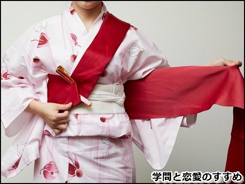 文庫結びの浴衣の帯の結び方で、左手で片方の帯を持っている画像