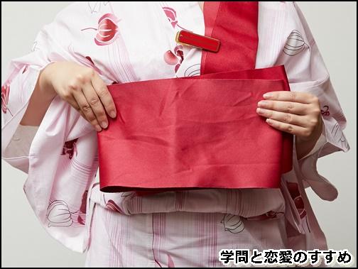 浴衣の帯の結び方で肩幅分の長さを取っ帯を、内側にその長さの分だけ折り畳んでいる画像