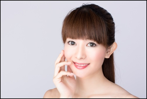 脱毛を受けて笑顔の美人女性の画像