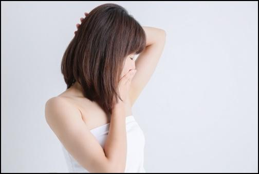 脇脱毛を確認している女性の画像