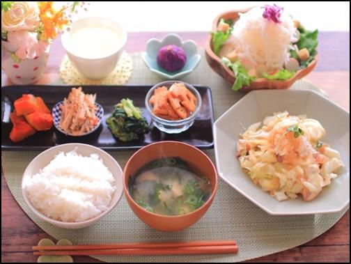 野菜多めの食事の画像