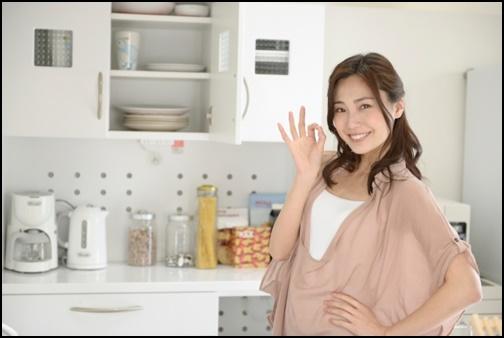 キッチンでメニューを考える女性の画像