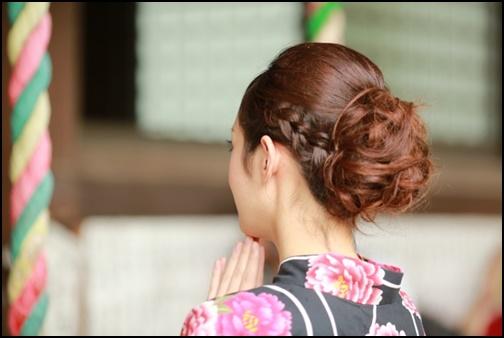 ロングヘアーを編み込みまとめた浴衣姿の女性の画像
