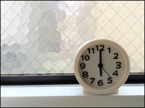 18時を指す時計の画像