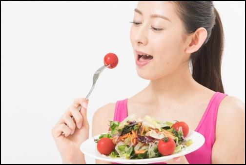 野菜を食べる女性の画像