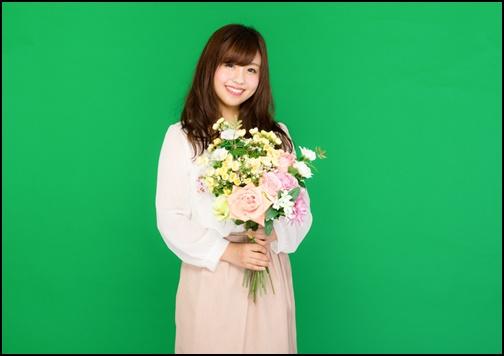 お花を持つ婚活女子の画像