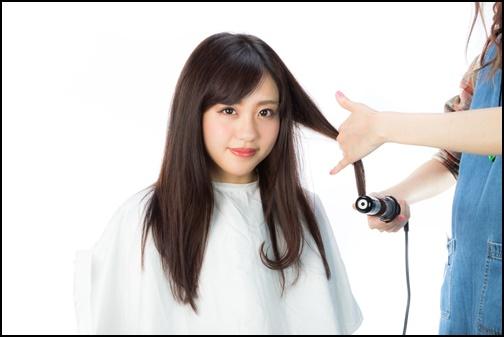 美容師に髪を巻いてもらう画像